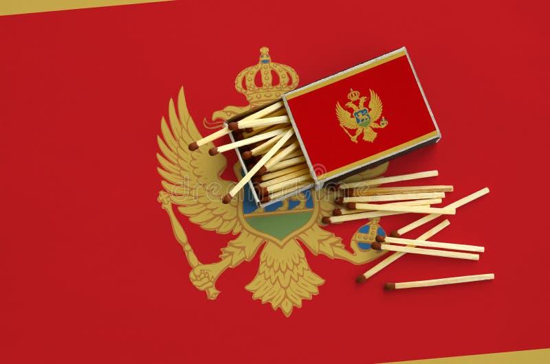 Η σημαία του Μαυροβουνίου παρουσιάζεται σε ένα ανοικτό σπιρτόκουτο, από το οποίο διάφορες αντιστοιχίες αφορούν και βρίσκονται μια στοκ εικόνα με δικαίωμα ελεύθερης χρήσης