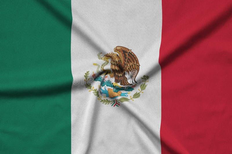 Η σημαία του Μεξικού απεικονίζεται σε ένα ύφασμα αθλητικών υφασμάτων με πολλές πτυχές Έμβλημα αθλητικών ομάδων στοκ εικόνες