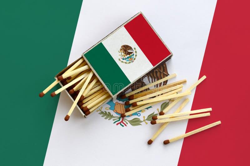 Η σημαία του Μεξικού παρουσιάζεται σε ένα ανοικτό σπιρτόκουτο, από το οποίο διάφορες αντιστοιχίες αφορούν και βρίσκονται μια μεγά στοκ εικόνες με δικαίωμα ελεύθερης χρήσης
