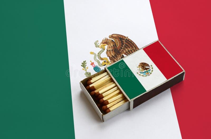 Η σημαία του Μεξικού παρουσιάζεται σε ένα ανοικτό σπιρτόκουτο, το οποίο γεμίζουν με τις αντιστοιχίες και βρίσκεται σε μια μεγάλη  στοκ φωτογραφία με δικαίωμα ελεύθερης χρήσης