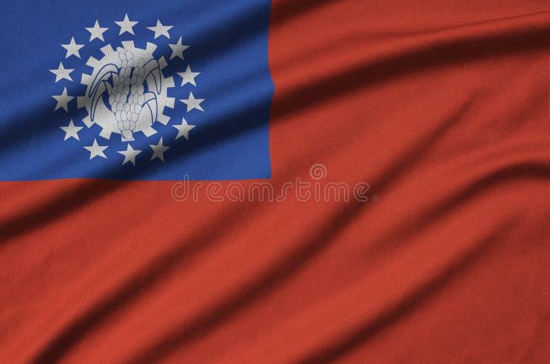 Η σημαία του Μιανμάρ απεικονίζεται σε ένα ύφασμα αθλητικών υφασμάτων με πολλές πτυχές Έμβλημα αθλητικών ομάδων στοκ εικόνες