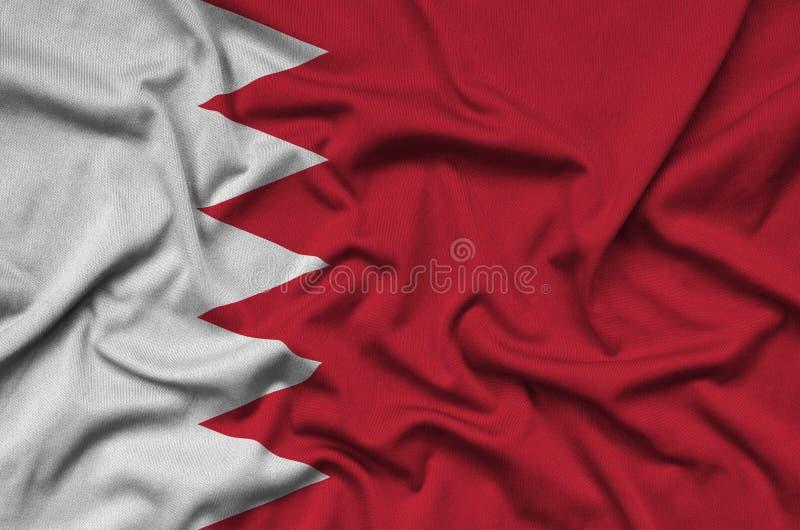 Η σημαία του Μπαχρέιν απεικονίζεται σε ένα ύφασμα αθλητικών υφασμάτων με πολλές πτυχές Έμβλημα αθλητικών ομάδων στοκ εικόνα με δικαίωμα ελεύθερης χρήσης