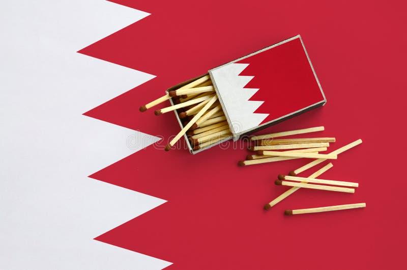 Η σημαία του Μπαχρέιν παρουσιάζεται σε ένα ανοικτό σπιρτόκουτο, από το οποίο διάφορες αντιστοιχίες αφορούν και βρίσκονται μια μεγ στοκ φωτογραφίες με δικαίωμα ελεύθερης χρήσης