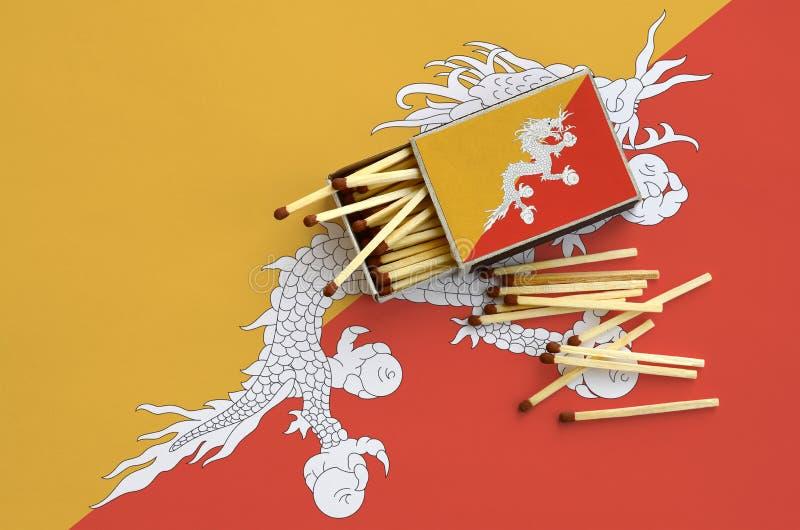 Η σημαία του Μπουτάν παρουσιάζεται σε ένα ανοικτό σπιρτόκουτο, από το οποίο διάφορες αντιστοιχίες αφορούν και βρίσκονται μια μεγά στοκ εικόνες με δικαίωμα ελεύθερης χρήσης