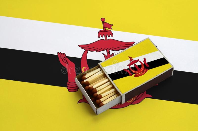 Η σημαία του Μπρουνέι Darussalam παρουσιάζεται σε ένα ανοικτό σπιρτόκουτο, το οποίο γεμίζουν με τις αντιστοιχίες και βρίσκεται σε στοκ φωτογραφία με δικαίωμα ελεύθερης χρήσης