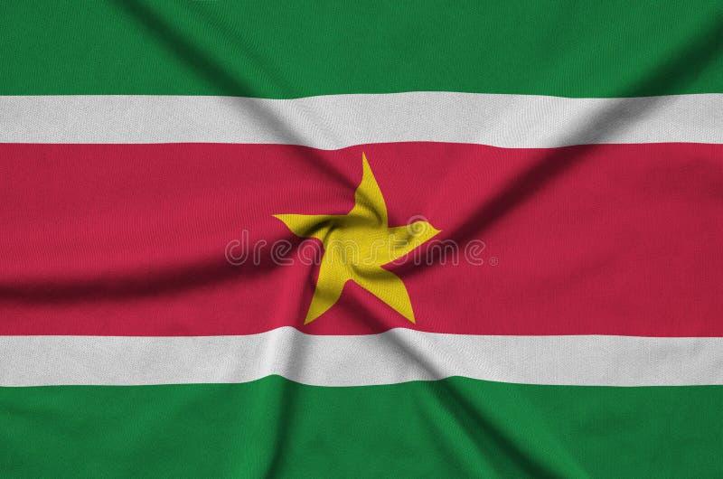 Η σημαία του Σουρινάμ απεικονίζεται σε ένα ύφασμα αθλητικών υφασμάτων με πολλές πτυχές Έμβλημα αθλητικών ομάδων στοκ εικόνα με δικαίωμα ελεύθερης χρήσης