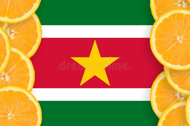 Η σημαία του Σουρινάμ στο εσπεριδοειδές τεμαχίζει το κάθετο πλαίσιο στοκ φωτογραφία