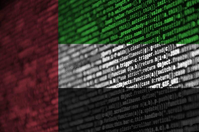 Η σημαία των Ηνωμένων Αραβικών Εμιράτων απεικονίζεται στην οθόνη με τον κώδικα προγράμματος Η έννοια της σύγχρονων τεχνολογίας κα στοκ φωτογραφίες