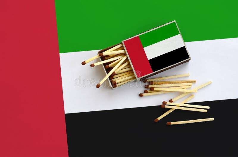 Η σημαία των Ηνωμένων Αραβικών Εμιράτων παρουσιάζεται σε ένα ανοικτό σπιρτόκουτο, από το οποίο διάφορες αντιστοιχίες αφορούν και  στοκ φωτογραφία με δικαίωμα ελεύθερης χρήσης