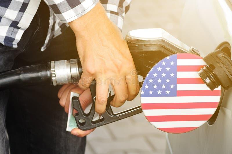 Η σημαία των Ηνωμένων Πολιτειών της Αμερικής στο καπάκι της δεξαμενής αερίου με ένα όπλο πλήρωσης που έχει τοποθετηθεί σε αυτήν στοκ εικόνες