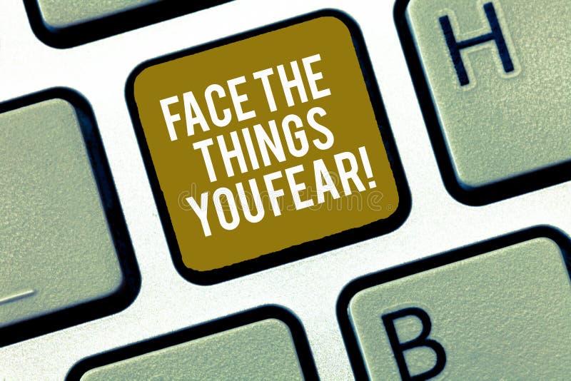 Η σημείωση γραψίματος που παρουσιάζει στο πρόσωπο τα πράγματα εσείς φοβάται Η επίδειξη επιχειρησιακών φωτογραφιών έχει το θάρρος  στοκ φωτογραφία με δικαίωμα ελεύθερης χρήσης
