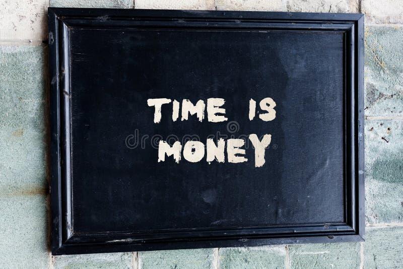 Η σημείωση γραψίματος που παρουσιάζει χρόνο είναι χρήματα Ο χρόνος επίδειξης επιχειρησιακών φωτογραφιών είναι πολύτιμος resource  στοκ φωτογραφίες