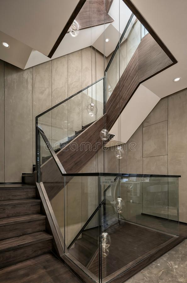 Η σκάλα της βίλας τριών ορόφων στοκ φωτογραφία