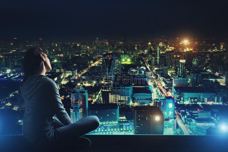 Η σκεπτική γυναίκα φαίνεται τη νύχτα πόλη στοκ φωτογραφίες με δικαίωμα ελεύθερης χρήσης