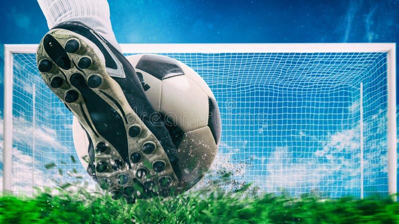 Η σκηνή ποδοσφαίρου τη νύχτα ταιριάζει με στενό επάνω ενός παπουτσιού ποδοσφαίρου που χτυπά τη σφαίρα με τη δύναμη στοκ φωτογραφία με δικαίωμα ελεύθερης χρήσης