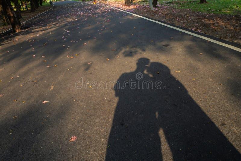 Η σκιά ενός εραστή στον κήπο στοκ φωτογραφίες