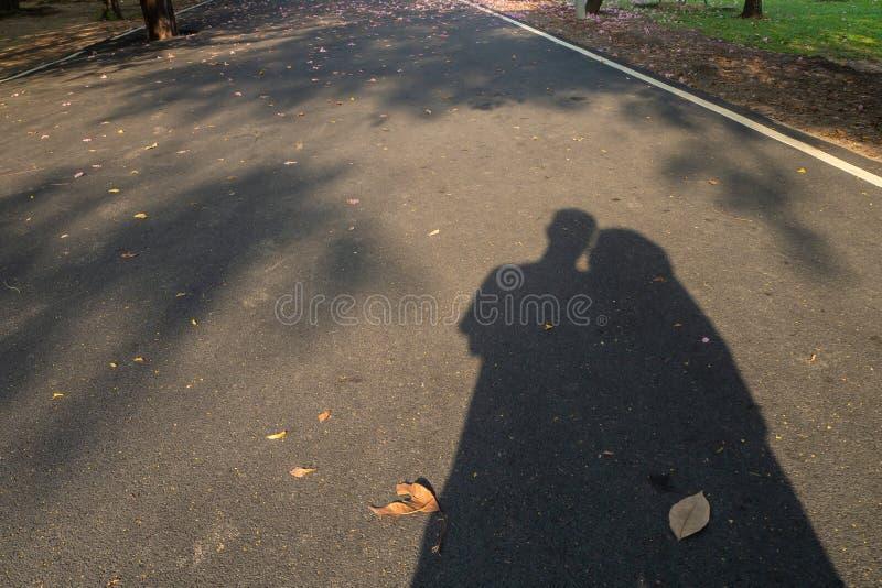 Η σκιά ενός εραστή στον κήπο στοκ εικόνα
