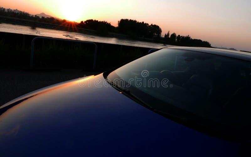 Η σκιά της μορφής αυτοκινήτων στο όμορφο ηλιοβασίλεμα στοκ φωτογραφία με δικαίωμα ελεύθερης χρήσης