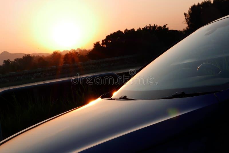 Η σκιά της μορφής αυτοκινήτων στο όμορφο sunse στοκ φωτογραφίες με δικαίωμα ελεύθερης χρήσης