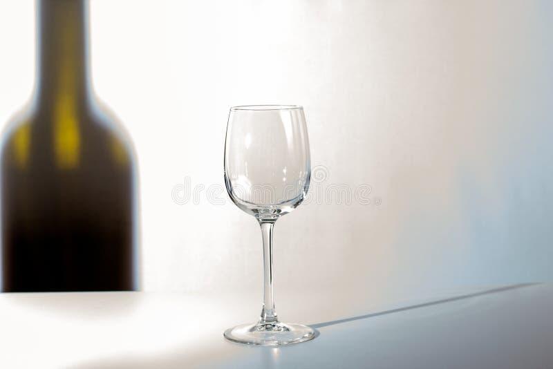 Η σκιά του μπουκαλιού κρασιού στοκ φωτογραφία