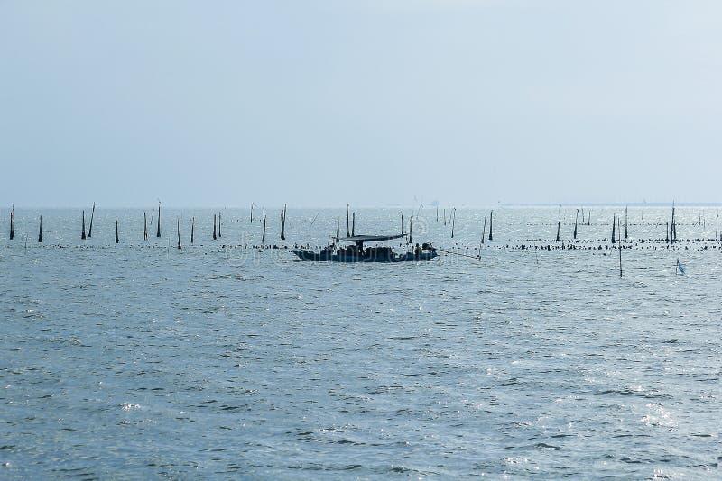 Η σκιαγραφία ενός μικρού αλιευτικού σκάφους στη θάλασσα στοκ εικόνες με δικαίωμα ελεύθερης χρήσης