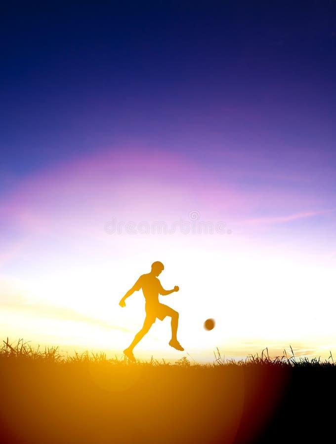 Η σκιαγραφία του ποδοσφαιριστή κλωτσά τη σφαίρα στοκ φωτογραφίες με δικαίωμα ελεύθερης χρήσης