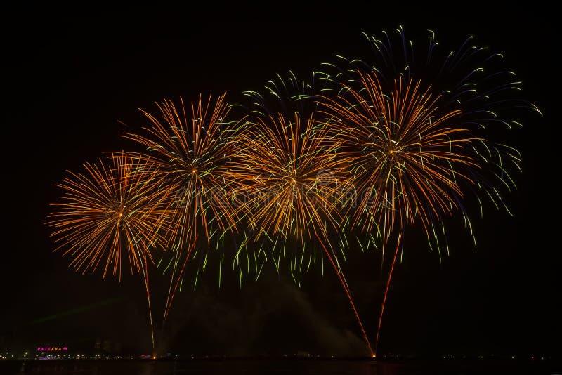Η σκιαγραφία των πυροτεχνημάτων ταξιδιωτικής προσοχής και εορτασμός στοκ εικόνες με δικαίωμα ελεύθερης χρήσης