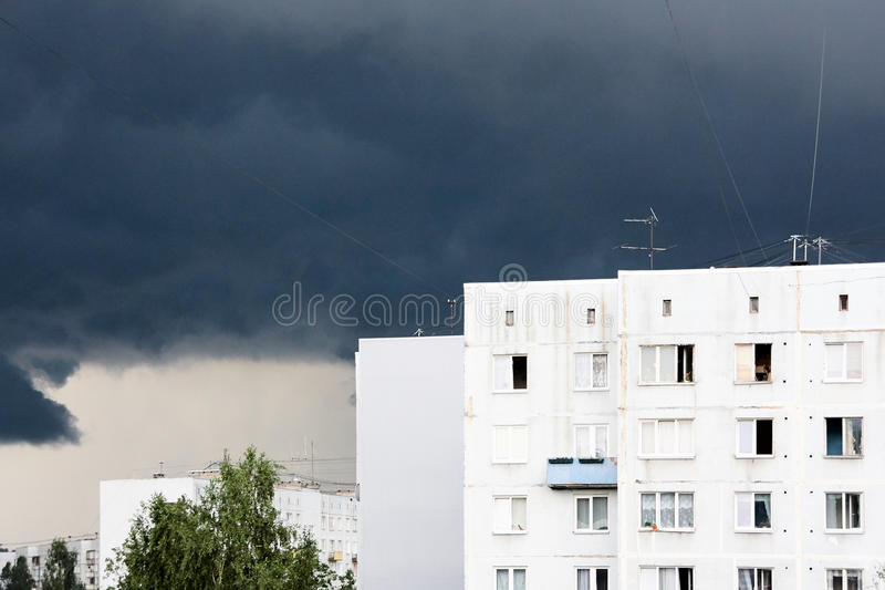 Η σκοτεινή θύελλα και η θύελλα κατά τη διάρκεια της σοβιετικής εποχής ένα multistory σπίτι χτίστηκαν σε Imanta, Ρήγα, Λετονία στοκ φωτογραφία