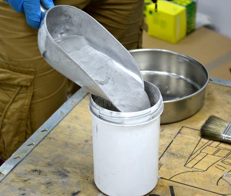 Η σκόνη μετάλλων χύνει στο εμπορευματοκιβώτιο για τη συμπύκνωση λέιζερ του μετάλλου στοκ φωτογραφίες με δικαίωμα ελεύθερης χρήσης