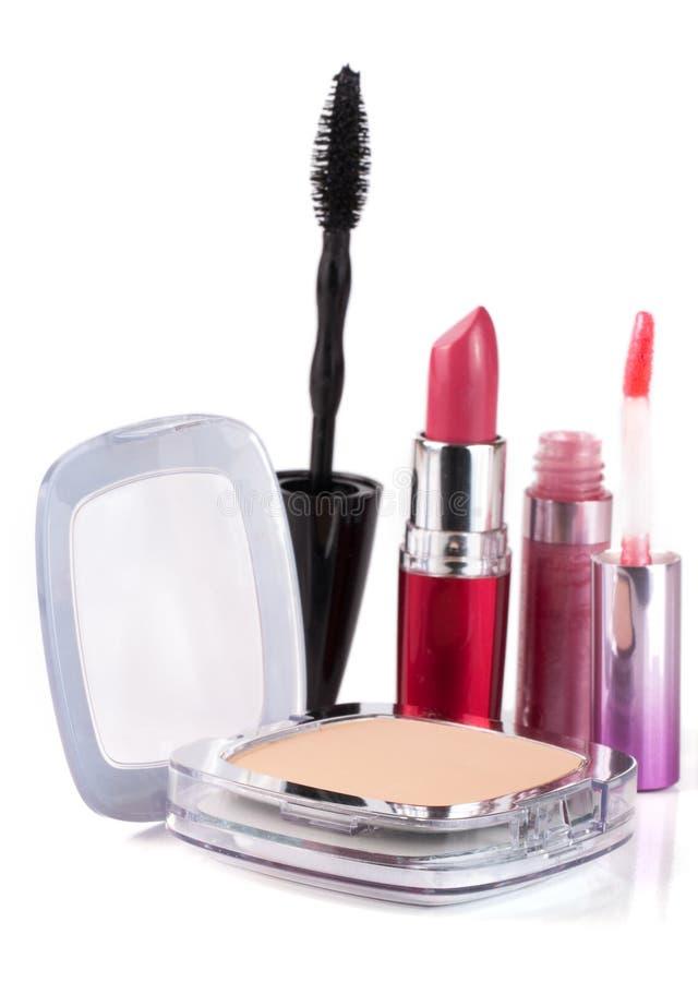 Η σκόνη σύνθεσης, κραγιόν, χείλι σχολιάζει και mascara στο άσπρο υπόβαθρο στοκ φωτογραφίες με δικαίωμα ελεύθερης χρήσης