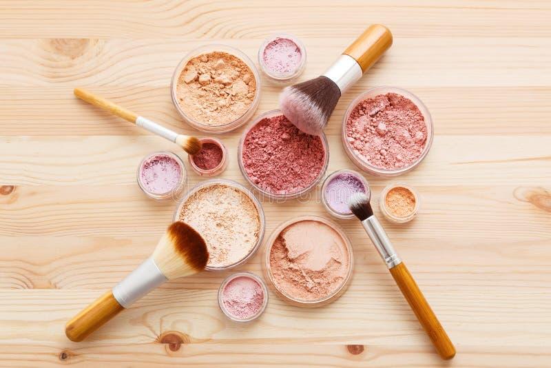 Η σκόνη Makeup και το επίπεδο βουρτσών βρέθηκαν στοκ εικόνα με δικαίωμα ελεύθερης χρήσης