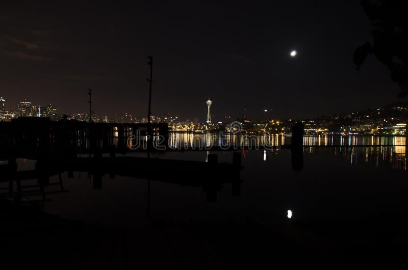 Η σμαραγδένια πόλη τη νύχτα στοκ φωτογραφίες
