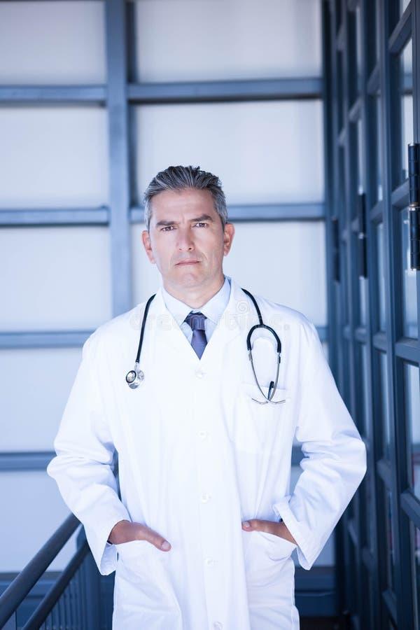 Η σοβαρή αρσενική στάση γιατρών με παραδίδει την τσέπη στοκ φωτογραφίες