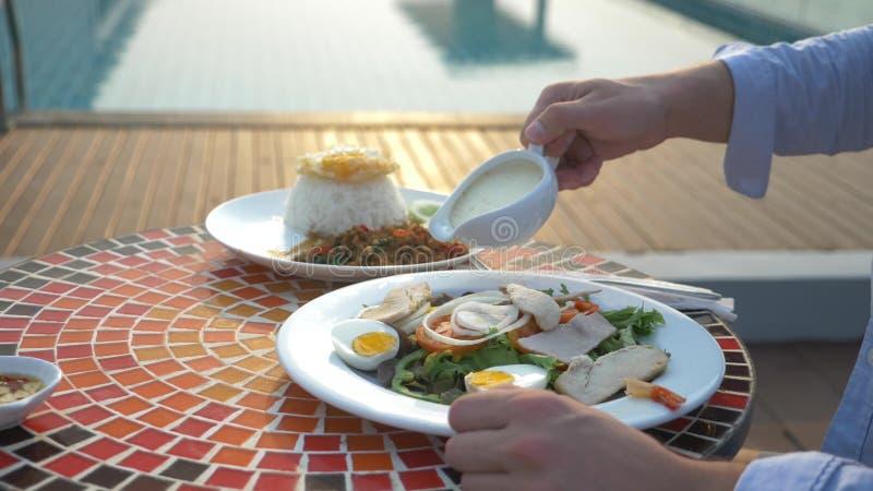 Η σούπα γαρίδων είναι ένα ταϊλανδικό πιάτο με ένα ξινό και πικάντικο γούστο το άτομο τρώει τη διοσκορέα του Tom σε έναν πίνακα απ στοκ φωτογραφία