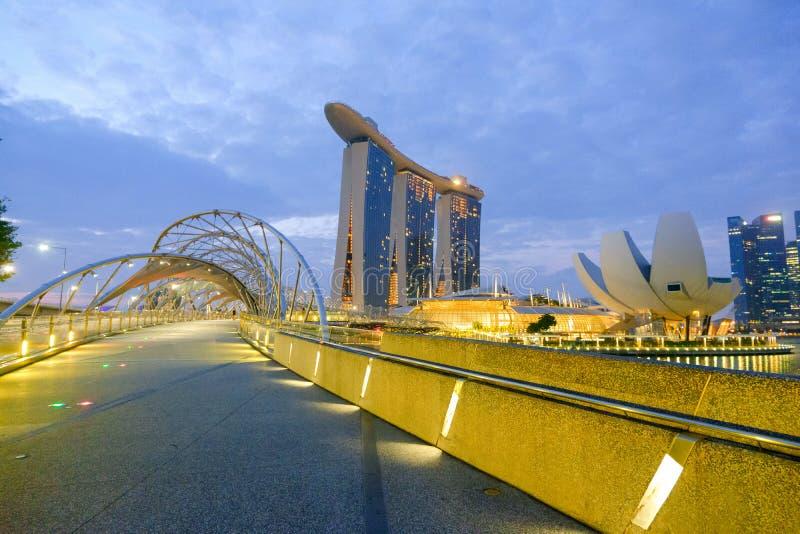 Η σπειροειδής γέφυρα ελίκων γεφυρών ελίκων είναι μια γέφυρα για τους πεζούς με τις σύγχρονες και όμορφες μορφές, που παίρνουν πολ στοκ εικόνες