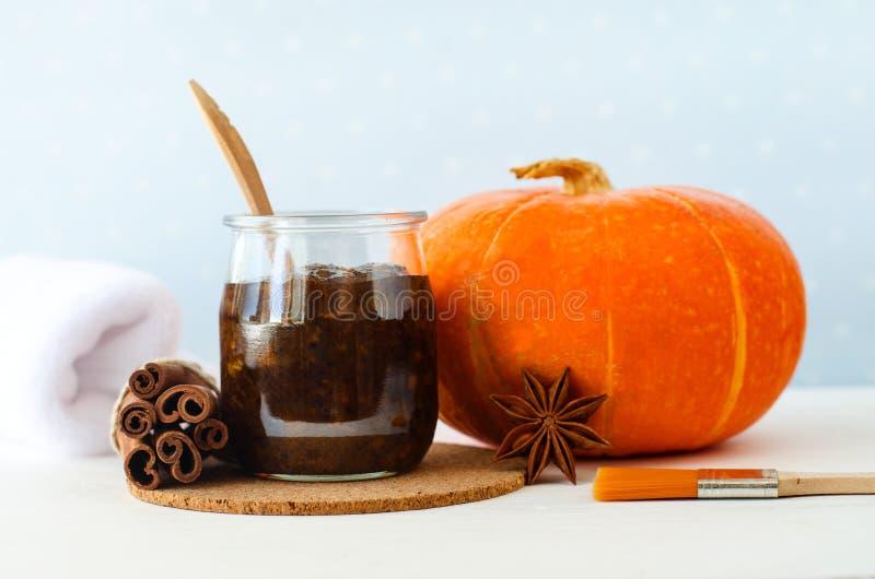 Η σπιτική του προσώπου μάσκα καρυκευμάτων κολοκύθας/τρίβει καμένος με τον ώριμη πουρέ κολοκύθας, τη ζάχαρη και το μέλι, τη σκόνη  στοκ φωτογραφία με δικαίωμα ελεύθερης χρήσης