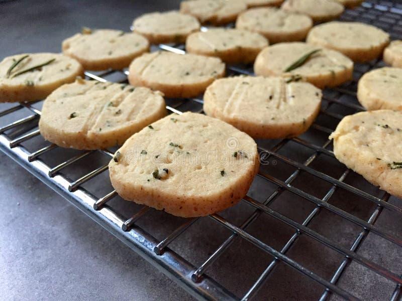 Η σπιτική φέτα και ψήνει τα βουτύρου μπισκότα δεντρολιβάνου στην ψύξη του ραφιού στοκ εικόνες