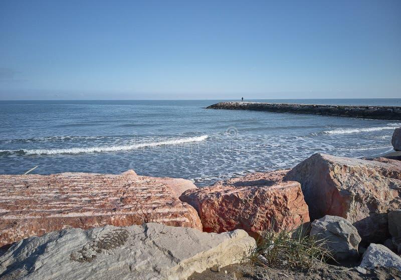 Η στάση και εξετάζει τη θάλασσα στοκ εικόνες