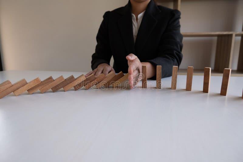 Η στάση χεριών εμποδίζει το ξύλινο παιχνίδι, παίζοντας τοποθετώντας τον ξύλινο φραγμό Ο κίνδυνος έννοιας σχεδίου διαχείρισης και  στοκ εικόνα με δικαίωμα ελεύθερης χρήσης