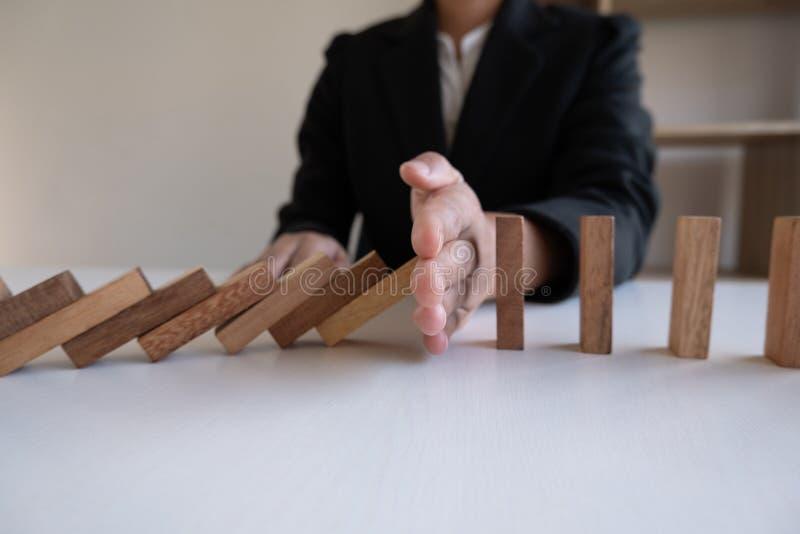 Η στάση χεριών εμποδίζει το ξύλινο παιχνίδι, παίζοντας τοποθετώντας τον ξύλινο φραγμό Ο κίνδυνος έννοιας σχεδίου διαχείρισης και  στοκ εικόνες