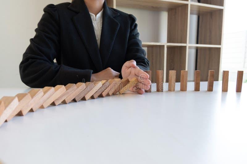 Η στάση χεριών εμποδίζει το ξύλινο παιχνίδι, παίζοντας τοποθετώντας τον ξύλινο φραγμό Ο κίνδυνος έννοιας σχεδίου διαχείρισης και  στοκ εικόνες με δικαίωμα ελεύθερης χρήσης