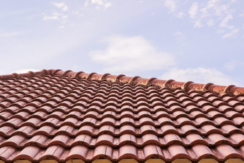 Η στέγη κεραμώνει την οριζόντια άποψη ενάντια στο μπλε ουρανό στοκ φωτογραφία με δικαίωμα ελεύθερης χρήσης