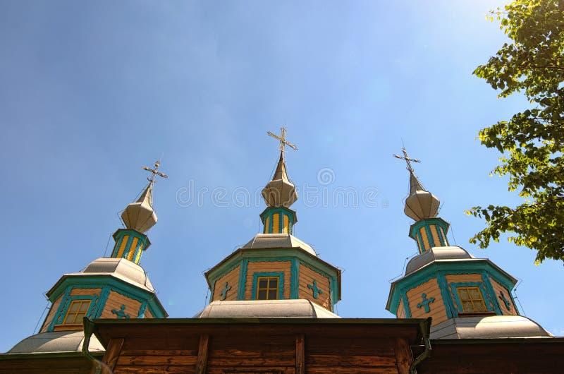 Η στέγη της αρχαίας ξύλινης εκκλησίας στην ηλιόλουστη ημέρα άνοιξη Μουσείο pereyaslav-Khmelnitsky της λαϊκών αρχιτεκτονικής και τ στοκ εικόνες