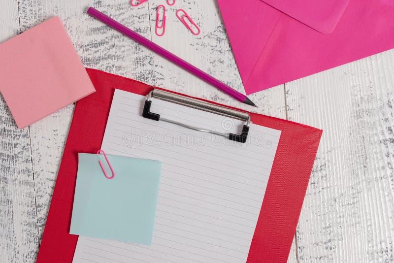 Η στενή ευθεία άποψη χρωμάτισε να βρεθεί φακέλων σημειωματάριων συνδετήρων μολυβιών σημειώσεων φύλλων εγγράφου περιοχών αποκομμάτ στοκ εικόνα