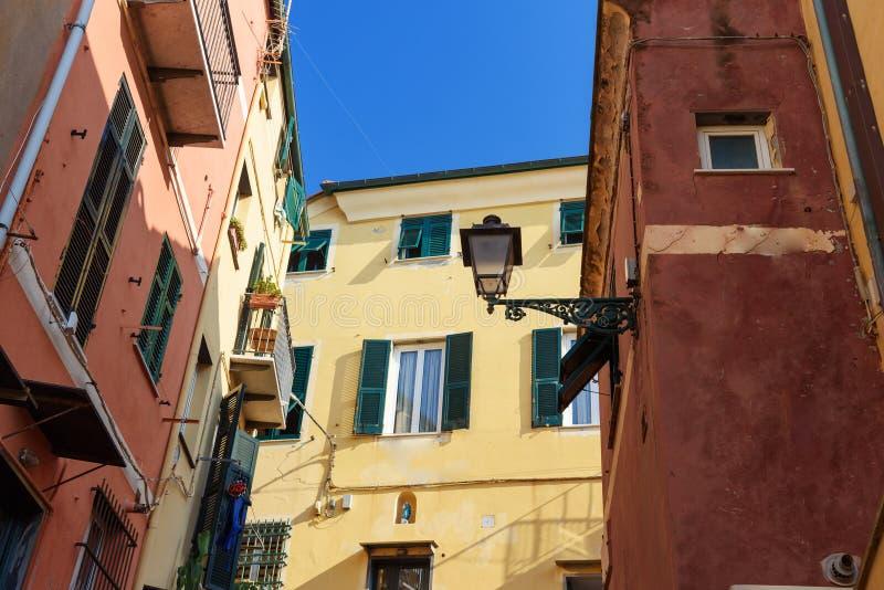 Η στενή οδός σε Boccadasse είναι μικρό ψαροχώρι Γένοβα Ιταλία στοκ φωτογραφία