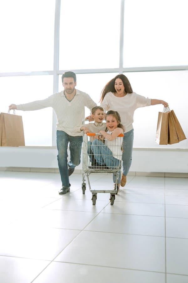 Η στενή οικογένεια πηγαίνει στοκ εικόνα με δικαίωμα ελεύθερης χρήσης