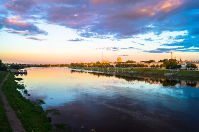 Η στιλπνή επιφάνεια καθρεφτών του ποταμού του Βόλγα απεικονίζει το δραματικό ουρανό ηλιοβασιλέματος Πόλη Tver, Ρωσία στοκ φωτογραφίες