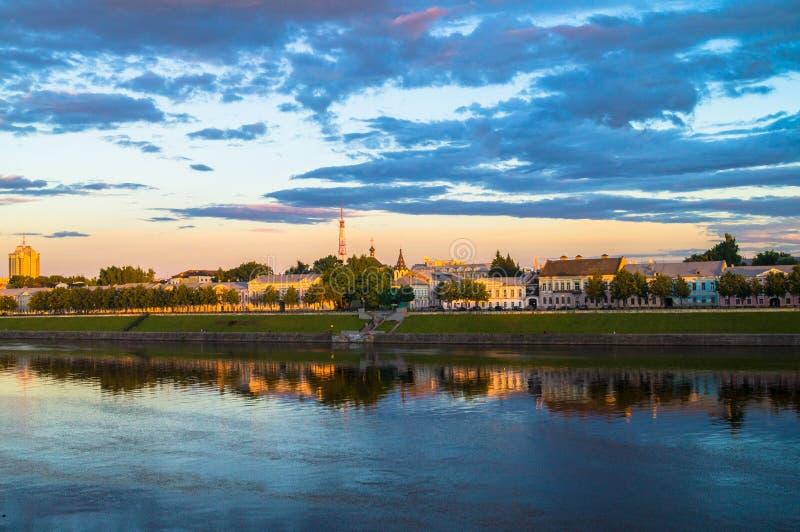 Η στιλπνή επιφάνεια καθρεφτών του ποταμού του Βόλγα απεικονίζει το δραματικό ουρανό ηλιοβασιλέματος Πόλη Tver, Ρωσία στοκ εικόνες με δικαίωμα ελεύθερης χρήσης
