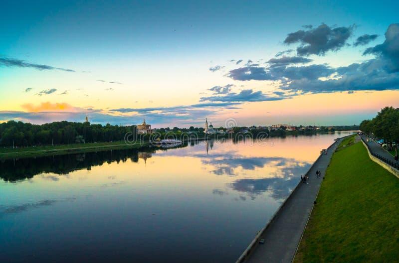 Η στιλπνή επιφάνεια καθρεφτών του ποταμού του Βόλγα απεικονίζει το δραματικό ουρανό ηλιοβασιλέματος Πόλη Tver, Ρωσία στοκ εικόνα