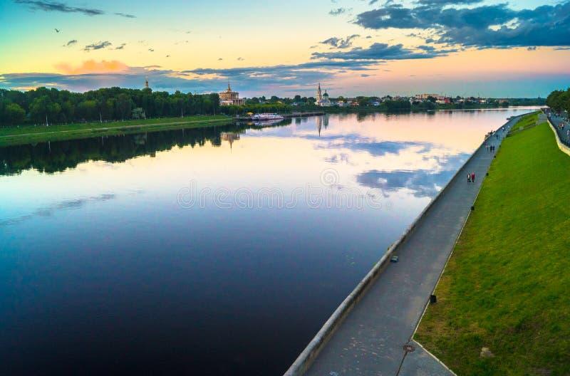 Η στιλπνή επιφάνεια καθρεφτών του ποταμού του Βόλγα απεικονίζει το δραματικό ουρανό ηλιοβασιλέματος Πόλη Tver, Ρωσία στοκ φωτογραφία με δικαίωμα ελεύθερης χρήσης